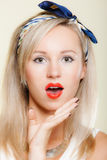Cara sorprendida de la mujer, expresión facial de la boca abierta retra del estilo de la muchacha Imagen de archivo