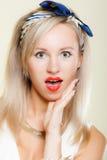 Cara sorprendida de la mujer, expresión facial de la boca abierta retra del estilo de la muchacha Foto de archivo