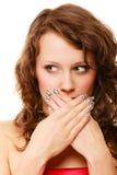 Cara sorprendida de la mujer, muchacha que cubre su boca sobre blanco Imagen de archivo libre de regalías