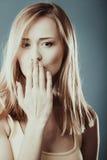 Cara sorprendida de la mujer que cubre su boca con la mano Foto de archivo