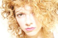 Cara suave del foco de una mujer joven con el pelo rizado Fotos de archivo