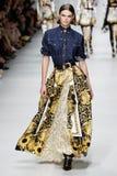 Cara Taylor camina la pista en la demostración de Versace durante Milan Fashion Week Spring /Summer 2018 imagen de archivo
