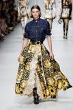 Cara Taylor camina la pista en la demostración de Versace durante Milan Fashion Week Spring /Summer 2018 fotografía de archivo