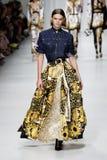 Cara Taylor camina la pista en la demostración de Versace durante Milan Fashion Week Spring /Summer 2018 imagen de archivo libre de regalías