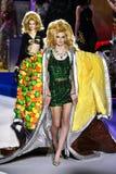 Cara Taylor spacery pas startowy przy Moschino przedstawieniem przy Mediolańską moda tygodnia jesienią, zimą/2019/20 obrazy stock