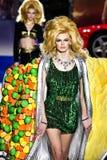 Cara Taylor spacery pas startowy przy Moschino przedstawieniem przy Mediolańską moda tygodnia jesienią, zimą/2019/20 zdjęcie royalty free