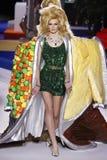 Cara Taylor spacery pas startowy przy Moschino przedstawieniem przy Mediola?sk? moda tygodnia jesieni?, zim?/2019/20 obraz royalty free