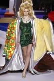 Cara Taylor spacery pas startowy przy Moschino przedstawieniem przy Mediola?sk? moda tygodnia jesieni?, zim?/2019/20 zdjęcie royalty free