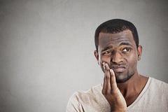 Cara tocante do homem novo que tem a dor realmente má do dente da dor Imagem de Stock Royalty Free