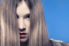 Cara triste de la cubierta de la muchacha con el pelo largo Imágenes de archivo libres de regalías