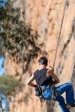 Cara vertical del acantilado de los abseils de la mujer en el circuito de Ledge Porters Pass Centennial Glen de las paredes fotografía de archivo libre de regalías