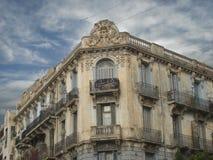 Cara vieja que mira la ciudad Fotos de archivo