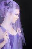 Cara-vista de la mujer joven hermosa en el sombrero violeta Imágenes de archivo libres de regalías