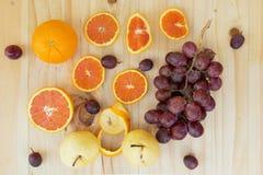 Cara winogrono na drewnianym stole nad widok i pomarańcze, Zdjęcia Stock