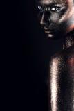 Cara y hombro de la mujer en pintura negra Fotografía de archivo libre de regalías