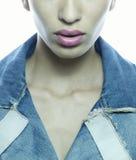 Cara y labios de la muchacha con la chaqueta de los pantalones vaqueros Foto de archivo libre de regalías