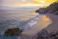 Carabeo-Strand bei Sonnenuntergang, Nerja, Spanien Lizenzfreie Stockbilder