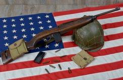 Carabina Usm1 con il casco militare immagine stock