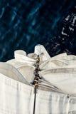 Carabinas del staysail de la visión superior en el arco Foto de archivo
