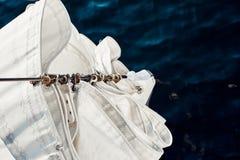 Carabinas del staysail de la visión superior en el arco Imagenes de archivo