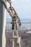 Carabinas e outros dispositivos do legado para o alpinism industrial Fotos de Stock Royalty Free