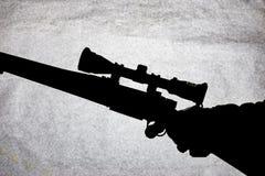 Carabine d'action de boulon avec une portée dans la main d'un homme Fusil de chasse à longue portée, photo conceptuelle Place pou image stock