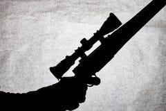 Carabine d'action de boulon avec une portée dans la main d'un homme Fusil de chasse à longue portée, photo conceptuelle Place pou photo stock