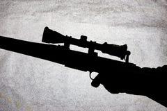 Carabine d'action de boulon avec une portée dans la main d'un homme Fusil de chasse à longue portée, photo conceptuelle Place pou photo libre de droits