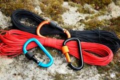 Carabine e corda del metallo Foto dei carabines colorati C rampicante immagine stock libera da diritti