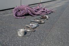 Carabine ed altri dispositivi dell'eredità per alpinismo industriale Fotografia Stock