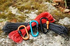 Carabine et corde en métal Photo des carabines colorés C s'élevant image libre de droits