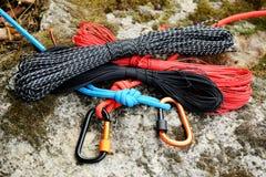 Carabine et corde en métal Photo des carabines colorés C s'élevant image stock