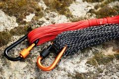 Carabine et corde en métal Photo des carabines colorés C s'élevant photographie stock