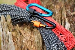 Carabine et corde en métal Photo des carabines colorés C s'élevant photos stock