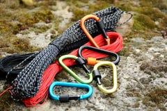 Carabine et corde en métal Photo des carabines colorés C s'élevant photos libres de droits