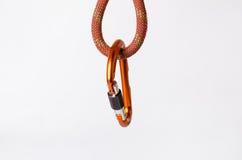 carabine på ett rep Klättringutrustning som isoleras på en vit bakgrund Fotografering för Bildbyråer