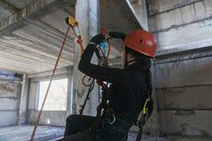 Carabiner альпиниста разделяя Стоковые Фотографии RF