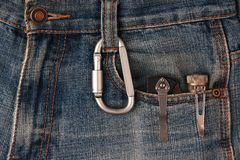 Carabiner и инструменты металла на джинсах Стоковое Изображение RF