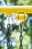 carabiner соединяя с цепью Стоковые Изображения