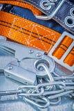 Carabiner цепи металла проводки конструкции на металлическом backgroun Стоковое фото RF