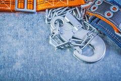 Carabiner цепи металла ремня безопасности конструкции на металлическом backg Стоковое Изображение