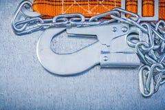Carabiner цепи металла ремня безопасности на поцарапанном металлическом backgrou Стоковые Изображения RF