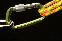 Carabiner e la corda rampicante hanno fissato 2 Fotografie Stock