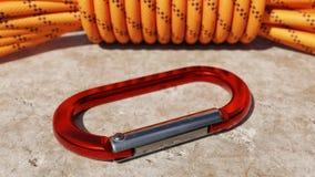 Carabiner en het Beklimmen van Kabel op Steen Stock Afbeelding