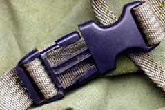 Carabiner en plastique noir sur le harnais vert de sac à dos Photographie stock libre de droits