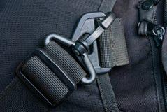 Carabiner en plastique noir sur un vieux sac fait de tissu Photos libres de droits