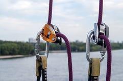 Carabiner für Bergsteigen Stockfotografie
