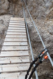 Carabiner ha tagliato sul cavo della a via il ferrata con il ponte in montagne delle dolomia di Sesto, Tirolo del sud Fotografia Stock Libera da Diritti