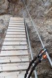 Carabiner op de kabel van a via ferrata met brug in Sexten-Dolomietbergen wordt geknipt, Zuid-Tirol dat Royalty-vrije Stock Foto