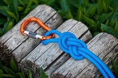 Carabiner und Seil auf einem natürlichen Hintergrund Lizenzfreies Stockbild